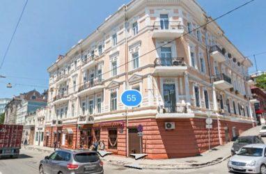 Во Владивостоке объект культурного наследия «облепили» рекламой