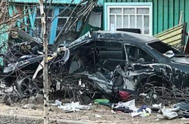 Жуткое ДТП в Приморье: машина врезалась в дом и превратилась в груду металла