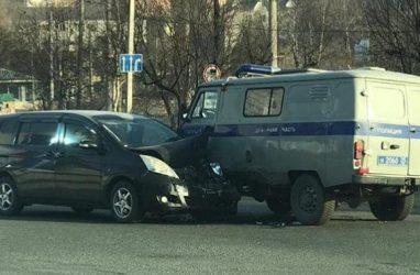 В Приморье легковушка протаранила полицейскую машину