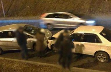 Во Владивостоке машина скатилась с косогора и врезалась в другую