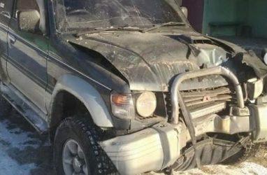 На Русском острове автомобиль врезался в подъезд жилого дома