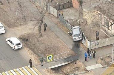 Машина протаранила забор на перекрёстке во Владивостоке