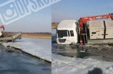 В Приморье угонщики эвакуатора чуть не ушли под воду