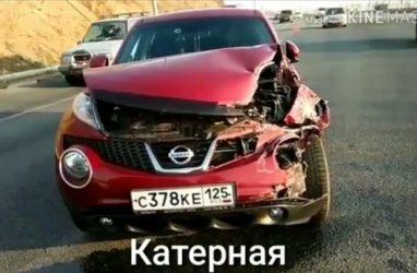 Во Владивостоке женщина на «Жуке» «влетела» в грузовик