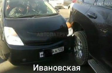 Во Владивостоке столкнулись «Приус» и «Крузак»