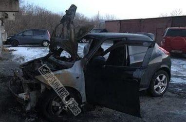 Очередной автомобиль выгорел дотла во Владивостоке