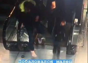 Во Владивостоке обувь молодого человека затянуло в эскалатор