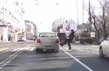 Во Владивостоке полицейский пнул машину такси