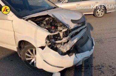 Во Владивостоке в результате столкновения двух машин пострадал припаркованный автобус