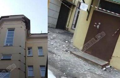 Исторический дом в самом центре Владивостока стал опасен для горожан