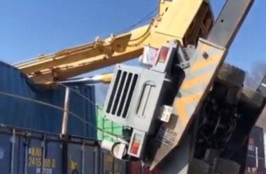 В Приморье автокран с 40-футовым грузом рухнул на здание — видео