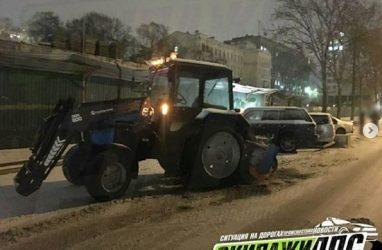 Во Владивостоке снегоуборочный трактор повредил три автомобиля