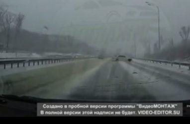 Во Владивостоке Mark II «размотало» о леера на заснеженной дороге
