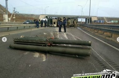 Перевернувшийся ракетный комплекс во Владивостоке перекрыл дорогу с острова Русский