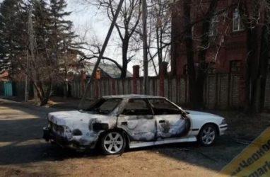 В Уссурийске ночью автомобиль сгорел дотла