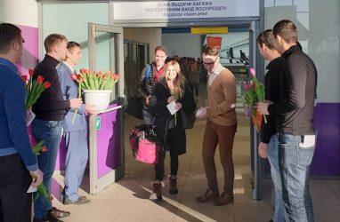 В аэропорту Владивосток с 8 Марта по-особенному поздравили туристок из Китая, США, Японии и Южной Кореи