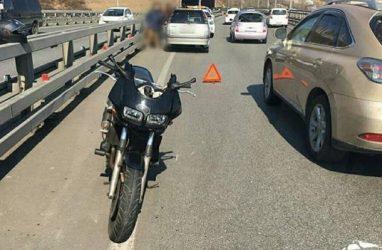 Во Владивостоке на Золотом мосту мотоциклист врезался в автомобиль