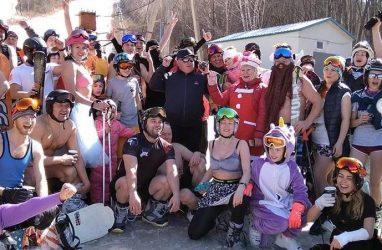 Приморские горнолыжники и сноубордисты спустились с горы в пляжной одежде