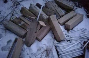 Сотни ртутных ламп выбросили прямо возле многоэтажки во Владивостоке