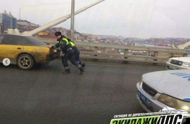 Поступок инспекторов ДПС на Золотом мосту во Владивостоке удивил пользователей Интернета