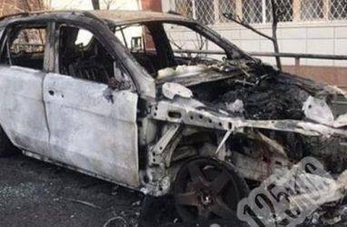В центре Владивостока сгорел «Мерседес»