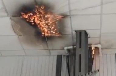 Пожарный поезд задействовали для тушения горящего рынка в Приморье