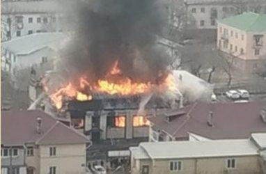 Жуткий пожар в ресторане во Владивостоке тушат 35 огнеборцев — МЧС