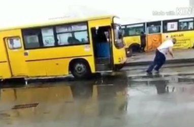 Житель Владивостока в снегопад тащил на себе автобус