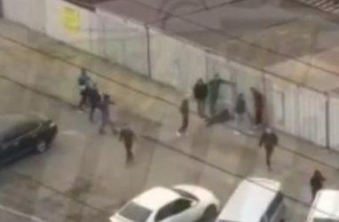 Толпа молодых людей избивала мужчину во Владивостоке — очевидцы