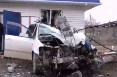 «Машина в хлам»: в Приморье автомобиль снёс столб и протаранил магазин — видео