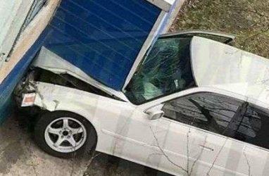 В Приморье автомобиль «влетел» в жилой дом