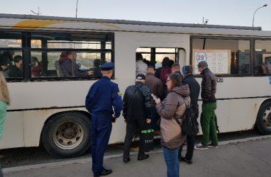Виляющий автобус с пассажирами чуть не протаранил авто во Владивостоке