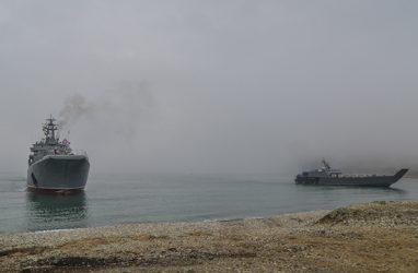 Почти 600 морпехов высадили на берег в Приморье в ходе учений