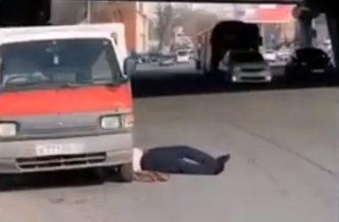 Во Владивостоке машины чуть не переехали мужчину, который чинил авто