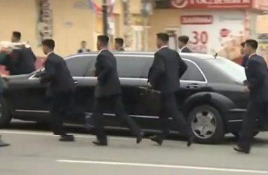 Охранники Ким Чен Ына бежали за его лимузином во Владивостоке