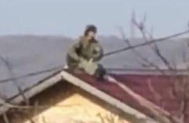 В Приморье военный парашютист приземлился на крышу частного дома