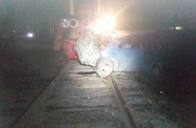 Жуткое ДТП с локомотивом в Приморье: женщину зажало в машине