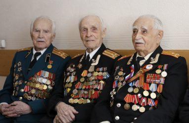 Во Владивостоке 280 ветеранам вручили подарки ко Дню Победы