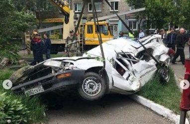 Иномарку искорёжило до неузнаваемости в результате ДТП с погоней в Приморье