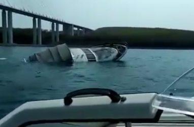 В Приморье затонул катер. На борту было три человека