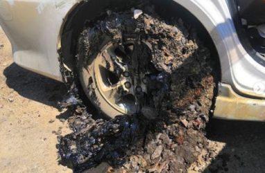 Лужа битума уничтожила колёса автомобиля в Приморье