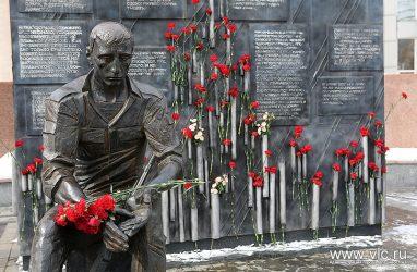 Во Владивостоке школьник помочился на памятник воинам-интернационалистам