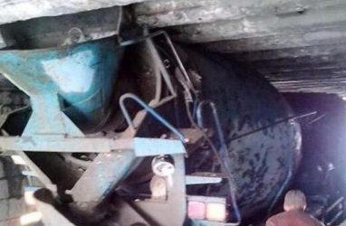 Необычное ДТП: в Приморье бетономешалка застряла под путепроводом