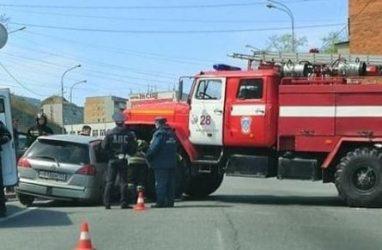 Во Владивостоке пожарная машина врезалась в легковушку