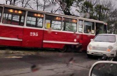 Во Владивостоке трамвай протаранил легковушку