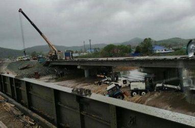 В Приморье на стройке нового моста смыло дорожную технику