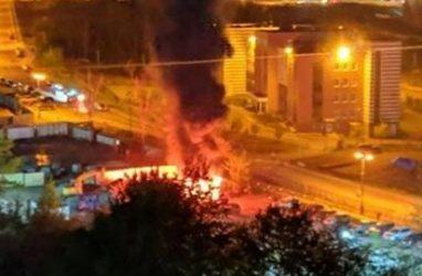 Во Владивостоке из-за перекопанной дороги огнеборцы не могли подъехать к месту пожара