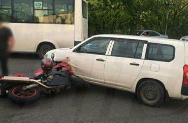 Во Владивостоке автомобиль наехал на мотоцикл