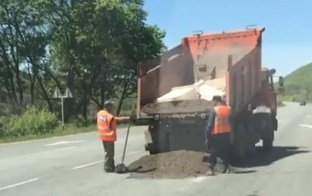 Депутата в Приморье возмутило, как рабочие «ремонтировали» участок трассы Артём — Находка