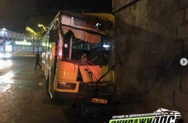 Пассажирский автобус на полном ходу врезался в мост во Владивостоке